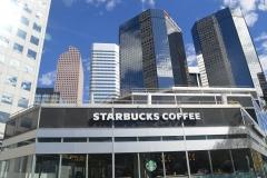 Starbucks mit Hochhäusern